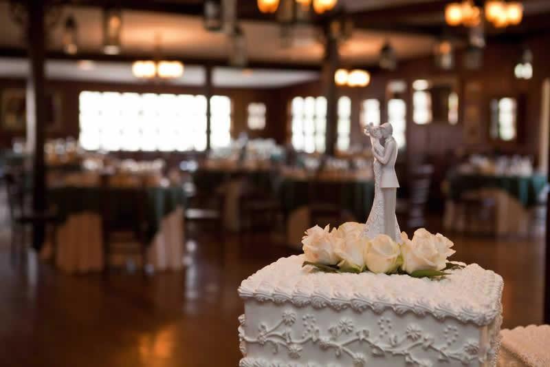 Stroudsmoor Country Inn - Stroudsburg - Poconos - Woodlands Outdoor Wedding - Wedding Cake With Bride And Groom Centerpiece